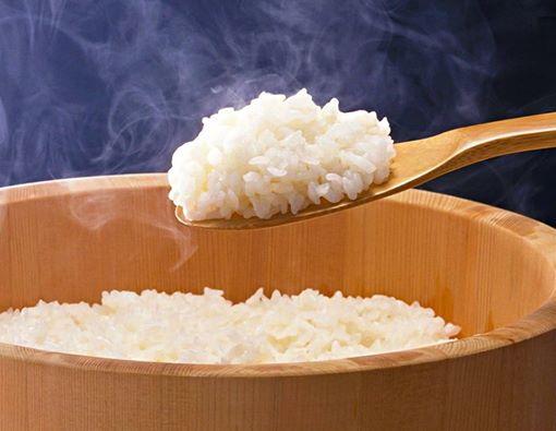 Giữ cơm nóng với hộp cơm giữ nhiệt Deli Deli